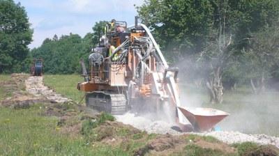 Réalisation de la tranchée et mise en place du tuyau d'alimentation d'eau